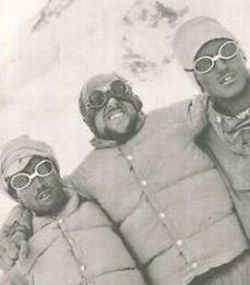 Lachenal ayudado por dos sherpas llegando al campo 2
