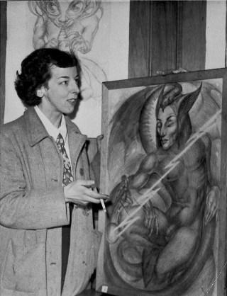 Norton mostrando sus pinturas.