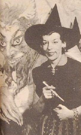 Norton con atuendo de bruja.