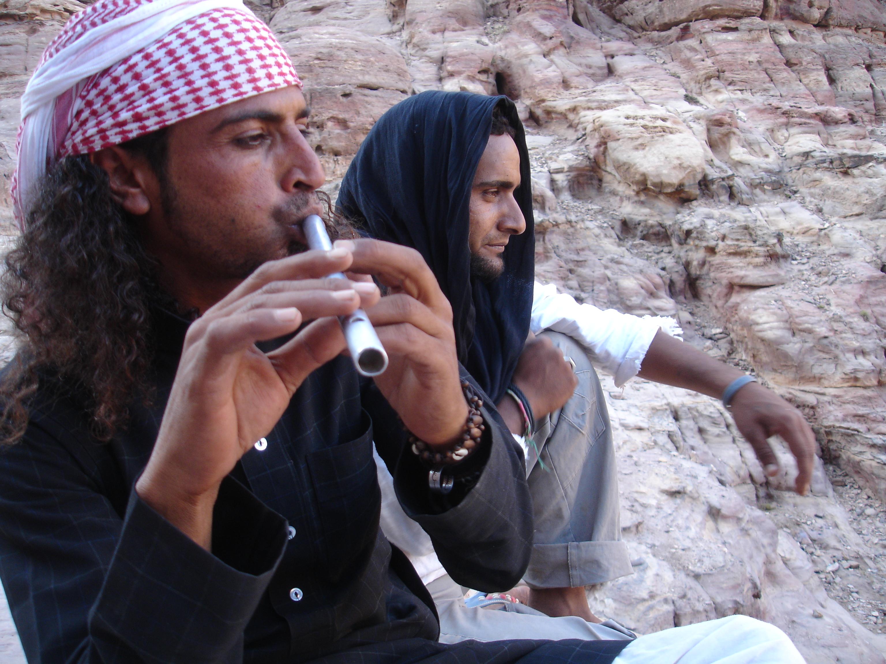 en manada. Entonces, los beduinos dejan de vender la burra, se relajan y se dedican a su vida. Comtemplar las montañas en las que aún siguen habitando, sobre todo. Y fimar. Y tocar la flauta. Este hombre, además de poner a bailar a los pájaros, nos invitó a humo.