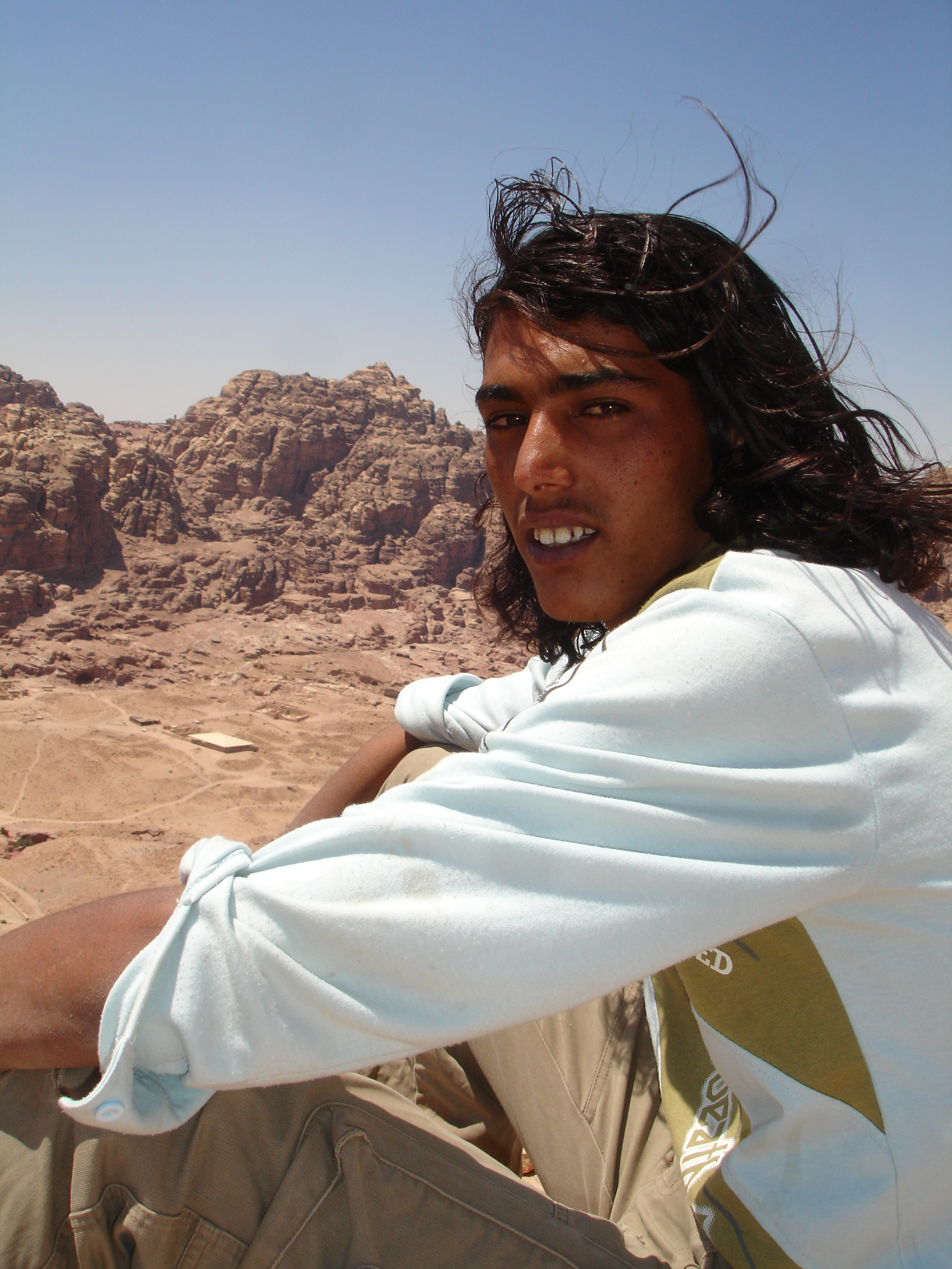 ... porque los beduinos se pasan el dia colgados de las nubes, contemplando Petra y sus montañas. Son gente de la buena, que invita a té y conversa entre largos silencios. También son tios un poco golfos, que van a la caza de la turista con ganas de mambo. Hacen bien.