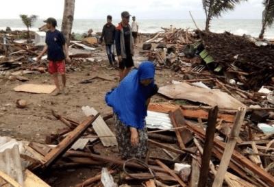Buscan sobrevivientes del tsunami en Indonesia
