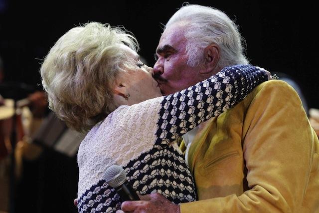 Vicente Fernández y su esposa cumplen 50 años de casados - La Opinión
