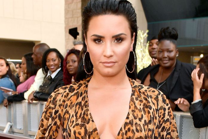 Demi Lovato gets into the jacuzzi with a swim suit color wine, showing all her curves
