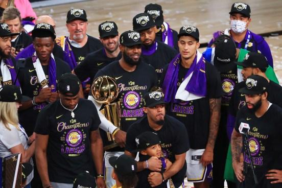 Los Lakers de Los Ángeles con el trofeo Larry O'Brien.