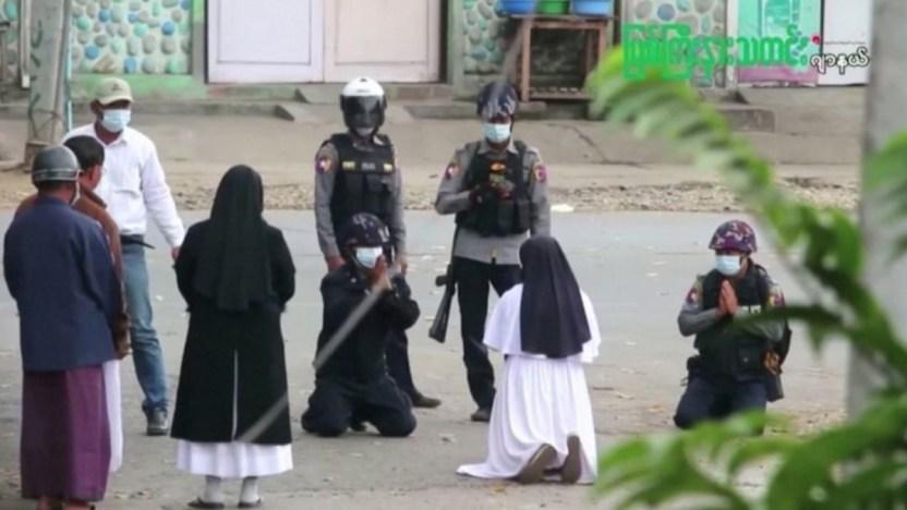 Monja Myanmar 117522132 468f8289 a6aa 4117 a551 d934111dd7a6 - Myanmar: la impactante historia detrás de la foto de la monja arrodillada frente a unos policías en Myanmar