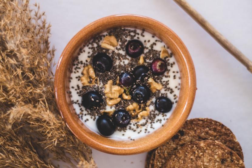 Fruta y chia Adela Cristea en Pexels - Ansiedad y depresión: 6 alimentos que pueden ayudar