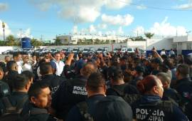 A empujones, corren a jefe de policía de Cancún
