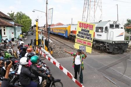 Tips Aman Melewati Perlintasan Kereta!