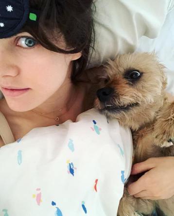 10 Foto Alexandra Daddario, Bintang Panas Bermata Biru