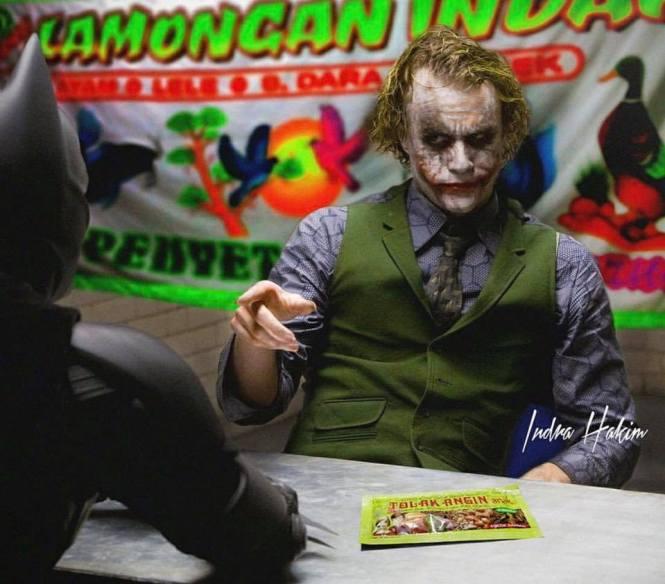 Joker lagi makan bareng Batman di warung lalapan nih ceritanya