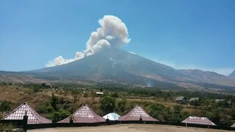 Material Vulkanik tebal di Puncak Rinjani tampak terlihat dari lereng Gunung Rinjani