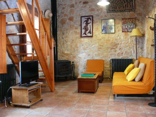 Sofa y estufa de la Casa rural la Pallissa - Casa rural tarragona