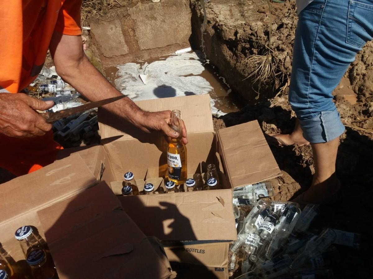 Mercadería incautada: Destruyen 40 cajas de cerveza Corona y 30 kilos de sal (VIDEO)