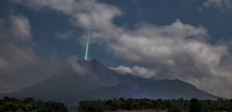 """Así se hizo la foto viral que muestra cómo un meteorito cae """"dentro"""" de un volcán en Indonesia"""