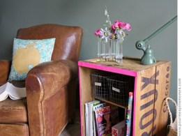 Caisse vintage customisée avec une bande rose fluo