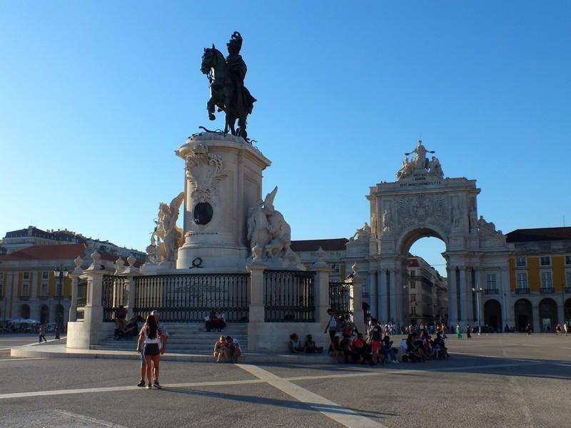 Statue sur la place du commerce à Lisbonne
