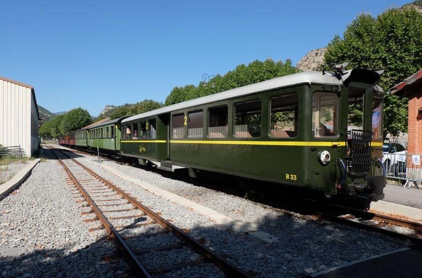 Le petit train des pignes à vapeur qui prend son départ à Puget-Théniers