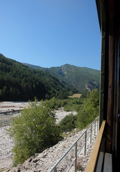 Le train des pignes traverse les Alpes de Haute Provence