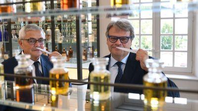François Demachy et son collègue d'LVMH Jacques Cavallier-Belletrud en plein concours de mouillettes à Grasse!