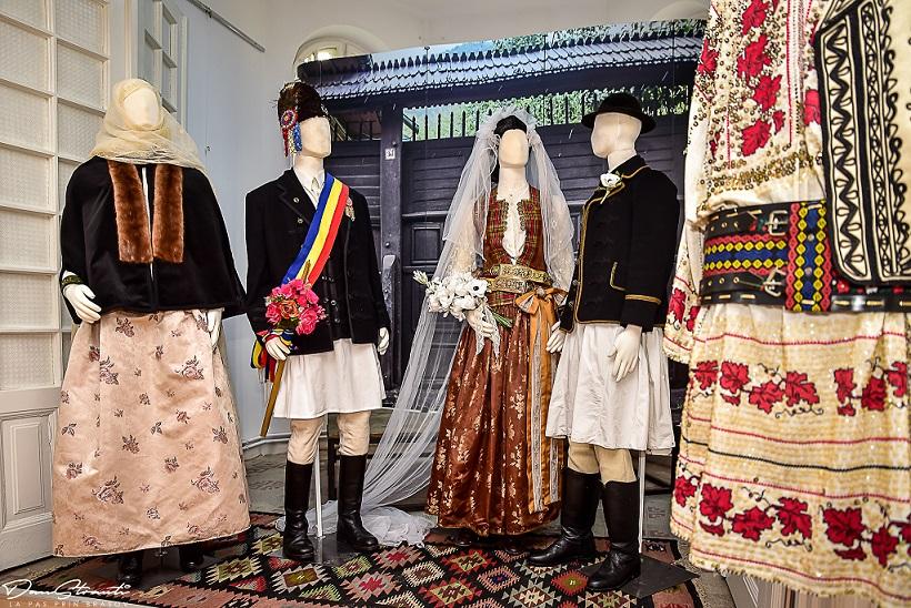 """Casa Junilor: expoziția """"Identitate națională, eleganță și vestimentație la românii din Brașov (1700-1939)"""" - galerie foto"""