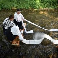 Moștenirea străbunilor, albitul pânzelor la Sâmbăta de Jos - Județul Brașov (video și foto)
