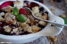 Da kann niemand widerstehen: Fruchtiger Beerencrumble mit feinen Streuseln und frischen Beeren.