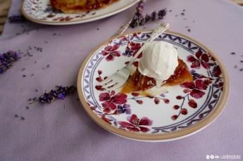 Da kann man einfach nicht nein sagen: Französische Tarte Tatin mit hausgemachtem Lavendeleis.