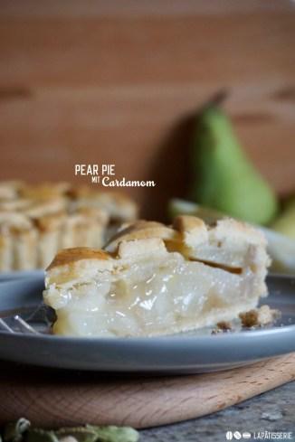 Der Anschnitt zeigt die vielen leckeren Birnenstücke bei dem Pear Pie mit Cardamom.