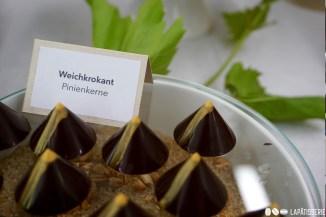 Weichkrokant muss nicht immer mit Mandeln sein. Pinienkerne unterstreichen mein Thema und sorgen für angenehm milden Geschmack.