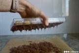 Die Pralinenform anschließend umdrehen, damit die überschüssige Schokolade ablaufen kann.