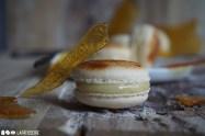 So mus ein karamellisiertes Macaron aussehen. Gefüllt mit aromatischen Vanilleganache und weichem Karamell.