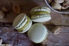 Drei kleine Macarons mit sizilianischer Pistazie warten auf euch.