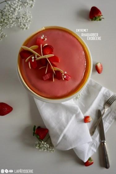 Endlich wieder Frühling! Mit wunderbaren Rhabarber und frischen Erdbeeren wird dieses Entremet zu einem Gedicht.