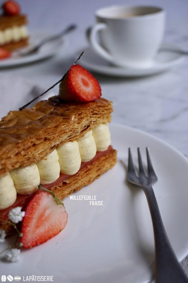 Das erste Millefeuille auf LAPÂTISSERIE mit frischen Erdbeeren und feiner Vanillecreme.