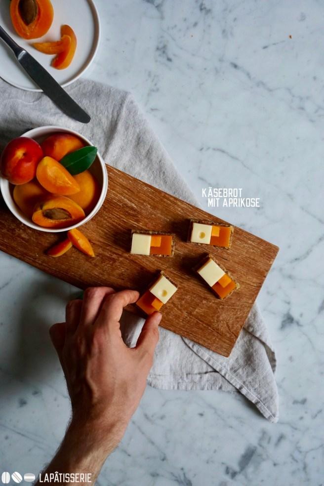 Ein etwas anderes Käsebrot mit würzigem Appenzeller und fruchtigem Aprikosengelee. Der erste Gang meines One Bite Menüs.