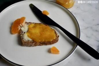Darf's noch eine Scheibe frisches Brot mit hausgemachter Marmelade aus Mandarinen sein?