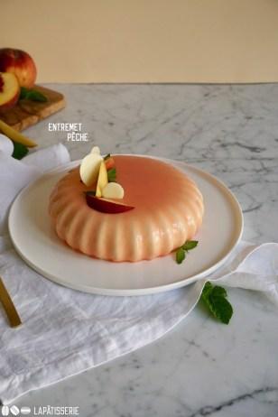 Sommer, Sonne, Pfirsich mit einer Torte mit reifen Pfirsichen, luftiger Mousse und fruchtigem Kompott.