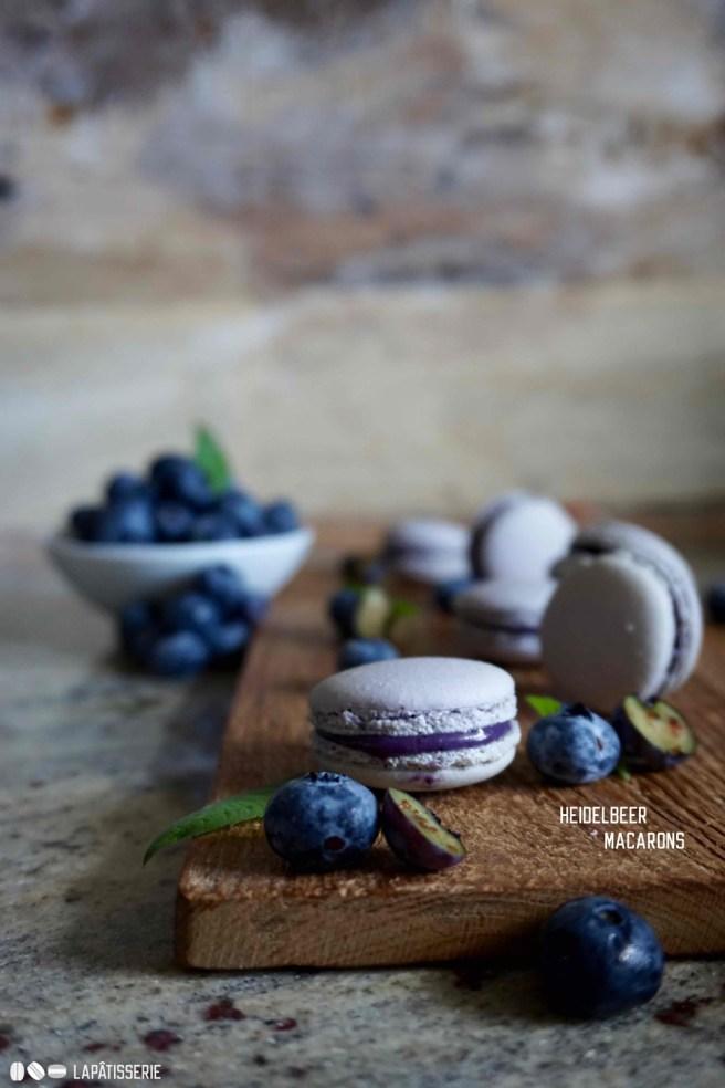 Macarons mit einer Ganache aus Heidelbeeren und weißer Schokolade. Einfach himmlisch.