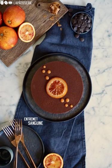 Entremet Sanguine mit fruchtiger Blutorangenmousse, dunkler Schokoladenmousse und karamellisierten Blutorangen.