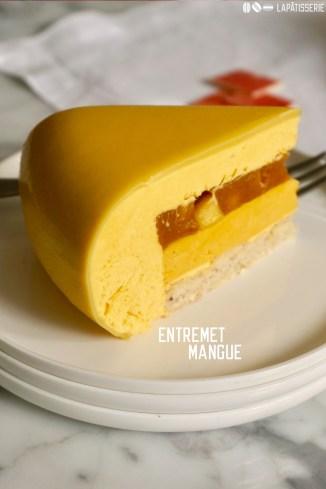 Entremet Mangue: Luftige Mangomousse mit einem Kern aus karamellisierter Mango, Cremeux und zartem Mandeldaquoise.