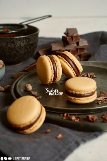 Feinste Macarons mit dunkler Schokolade und Aprikosenkonfitüre. Wie die Original Sachertorte aus Wien.