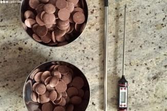 Zwei Drittel der Schokolade in einer Schale, ein Drittel Schokolade in einer weiteren Schale.
