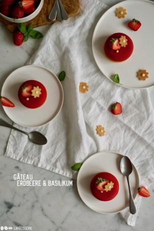 Erfrischendes Törtchen mit einer luftigen Erdbeermousse und fruchtigem Erdbeerkompott mit Basilikum.
