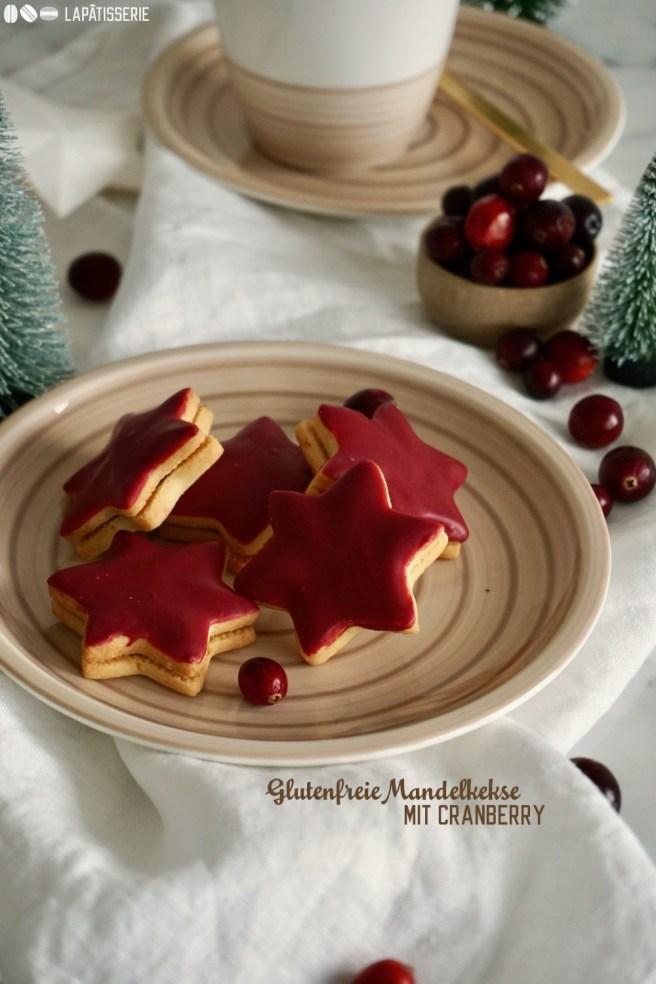 Glutenfrei backen ist einfacher als man denkt. Jetzt zur Weihnachtszeit mal diese mürben Mandelkekse gefüllt mit Cranberrykonfitüre ausprobieren.