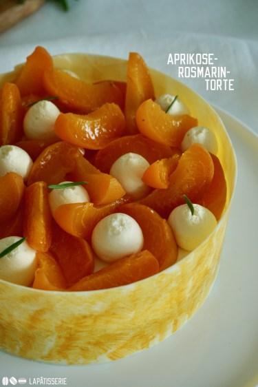 Die ersten Zeichen des Sommers mit unserer Aprikosen-Rosmarin-Torte. Schnell zubereitet und harmonisches Aroma.