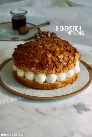 Leckerer Bienenstich mit Vanille-Honig-Creme, feinem Brioche und karamellisierten Mandeln.