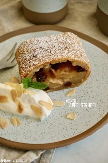 Feinster Apfelstrudel mit gerösteten Mandeln, Rumrosinen und einem Klecks geschlagener Sahne - fertig ist der Nachtisch aus der Alpenregion.