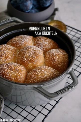 Rohrnudeln aka Buchteln: Luftiger Hefeteig gefüllt mit einer ganzen Zwetschge und Zimtzucker. Dazu warme Vanillesauce. So müssen Mehlspeisen sein.