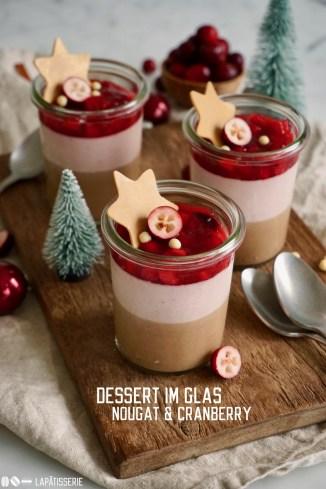 Weihnachtliches Dessert mit luftiger Cranberrymousse, Nougatmousse und fruchtigem Cranberry-Apfel-Kompott